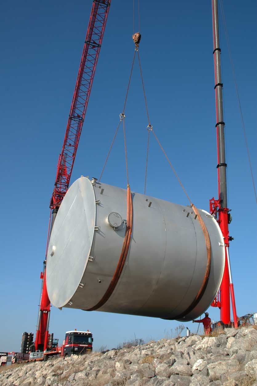 Lifting and handling of a stainless steel storage tank